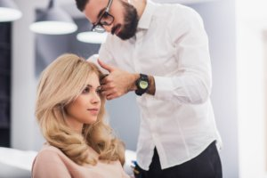 Haarverlängerung vom Friseur kontrollieren lassen