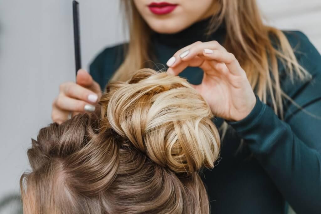 Hocksteckfrisur mit einer Haarverlängerung